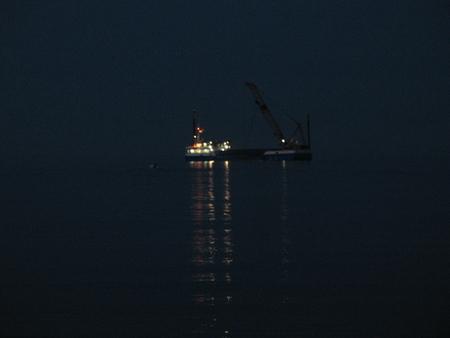 La motonave Fernando al lavoro di notte