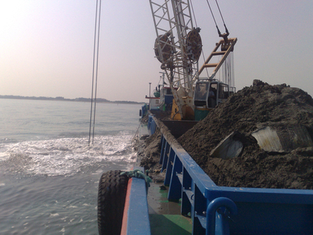 Closer view of Nicola Z. while digging high depth